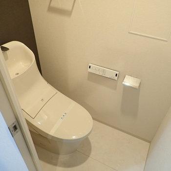 トイレは別部屋で清潔感があります。※写真は9階の同間取り別部屋のものです