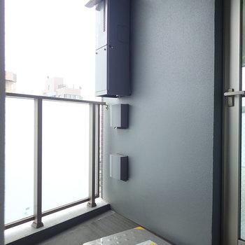 バルコニーはちょっぴりゆとりがあります。※写真は9階の同間取り別部屋のものです