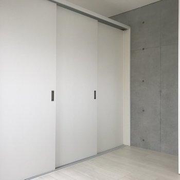 扉を閉めるとこんな感じ。上の部分は隣の部屋とつながっているので空気の循環◎