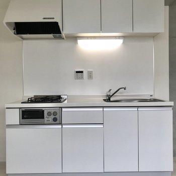 魚焼きグリルもある広々キッチン。横には冷蔵庫を置けそうなスペースもありました!