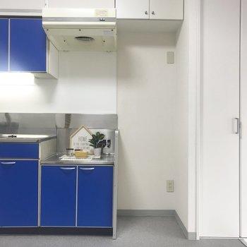 キッチンは青!※写真は別部屋です