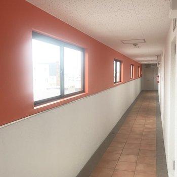 廊下の壁がオレンジ!