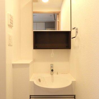 洗面台はクールかつ機能的。※写真は14階の同間取り別部屋のものです。