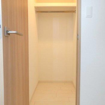 小さなウォークインクローゼットもついてます。※写真は14階の同間取り別部屋のものです。
