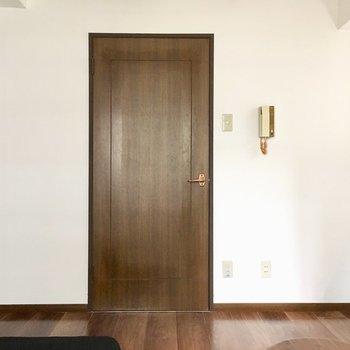 シンプルなお部屋には、シックなドアがよくお似合いなの。(※写真の家具は見本です)
