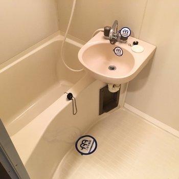 お風呂はシンプルな2点ユニット。