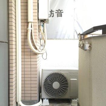 バルコニーはコンパクト。洗濯物を干す位置が低めなので、ワンピースなどは室内干しかな?