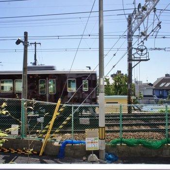目の前に阪急電車が走っています!※写真は同タイプの別室です。