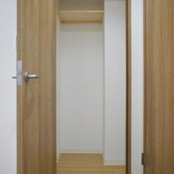ちょっとした収納が嬉しい◎※写真は同タイプの別室です。