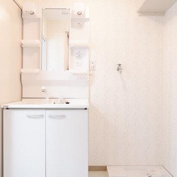 脱衣所には洗面台と洗濯機置場が。※写真は3階の同間取り別部屋のものです。