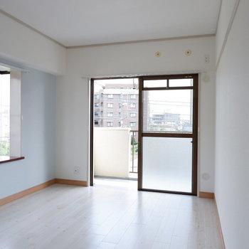 【洋室①】リビング横のこちらは2面採光に!※写真は3階の同間取り別部屋のものです。