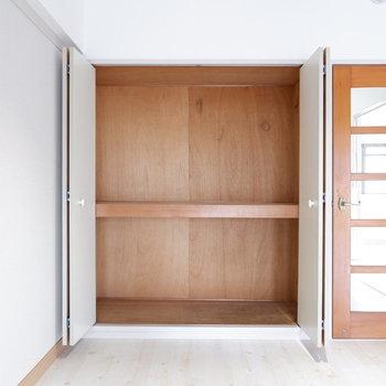 【LDK】リビングにも収納があります。※写真は3階の同間取り別部屋のものです。