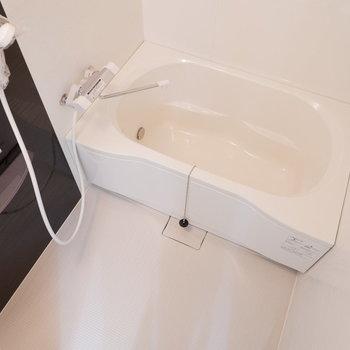 浴槽もリノベーションで新しくなっています。※写真は3階の同間取り別部屋のものです。