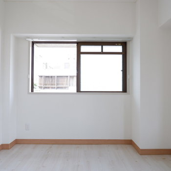 【洋室②】シンプルなお部屋です。※写真は3階の同間取り別部屋のものです。
