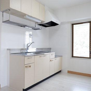【LDK】キッチンスペースもゆったりですね。※写真は3階の同間取り別部屋のものです。