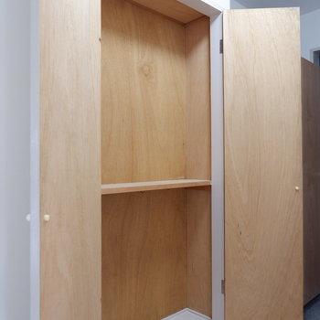 廊下にも収納が!※写真は3階の同間取り別部屋のものです。
