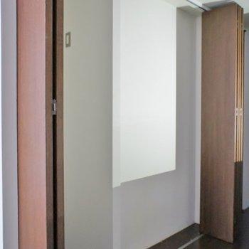 キッチン後ろの扉を開けると冷蔵庫置場
