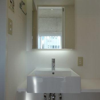 スマートな洗面台※写真は9階の同間取り別部屋のものです