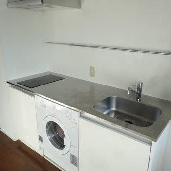 キッチンにドラム式洗濯機!調理スペースも十分ですね※写真は9階の同間取り別部屋のものです