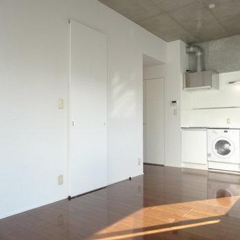 ホワイトな内装が清潔感を演出※写真は9階の同間取り別部屋のものです