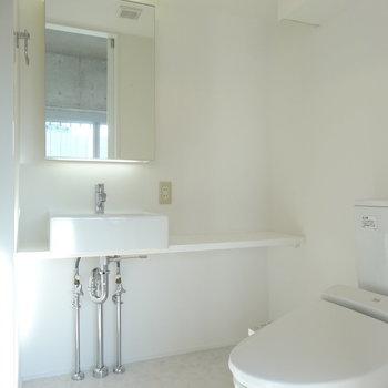 脱衣所にはトイレがセット※写真は9階の同間取り別部屋のものです