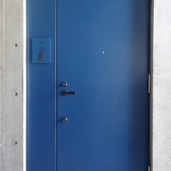 青い扉の存在感。※写真は9階の同間取り別部屋のものです