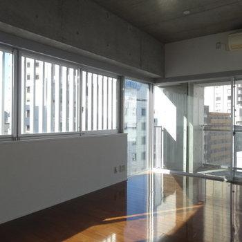 2面採光で気持ちがいい!※写真は9階の同間取り別部屋のものです