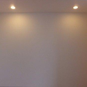 ダウンライトが付いています。※写真は11階の同間取り別部屋のものです