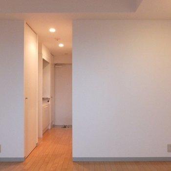 キッチンとお部屋の間にドアはありません。※写真は11階の同間取り別部屋のものです