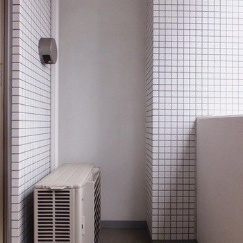 バルコニーは結構広め。スタンド付きの洗濯物干しを用意!※写真は11階の同間取り別部屋のものです