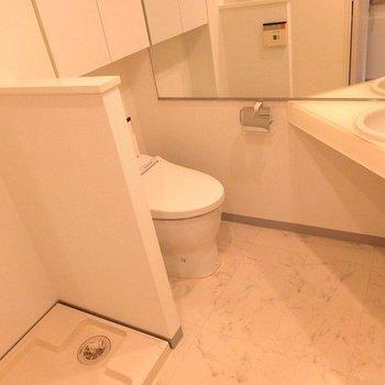 洗濯機トイレ洗面台の順。※写真は11階の同間取り別部屋のものです