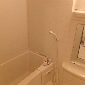 お風呂は普通です。棚があるのがうれしいですね!※写真は11階の同間取り別部屋のものです