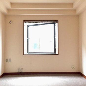 ぽつんとひとつ愛くるしい窓※写真は2階の同間取り別部屋ものです