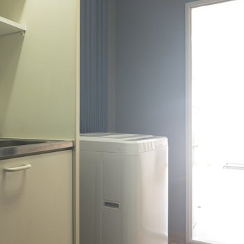その右手には洗濯機スペースです!冷蔵庫は居室側に入れてあげてください〜