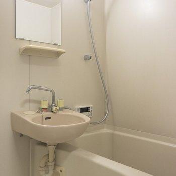 向かいは洗面台と浴室の2点ユニットです。