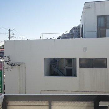 眺望はお隣さんの病院です。3階だから日当たりは問題なさそう〜