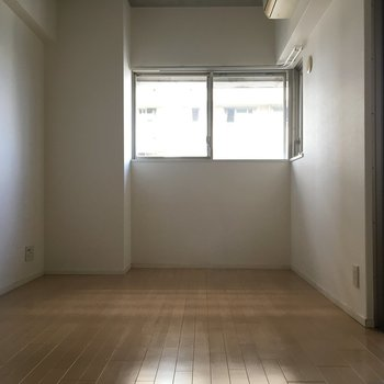 奥の部屋は寝室にちょうどいい広さ