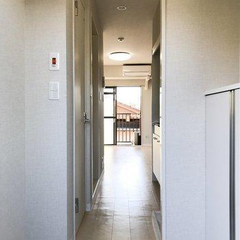 玄関からみるとこんなかんじ。白系でまとめられていて清潔感があります。