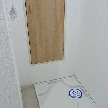 洗濯機は大きめが置けます。うしろの扉は収納じゃないのでご注意を。※写真は1階の反転間取り別部屋のものです