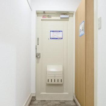 玄関には大きめのシューズボックスが!※写真は1階の反転間取り別部屋のものです