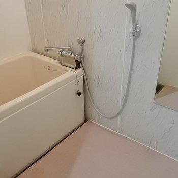 お風呂は鏡付き♪※写真は1階の反転間取り別部屋のものです