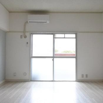 リビングは空色ブルーのアクセントクロスで爽やかに。※写真は1階の反転間取り別部屋のものです