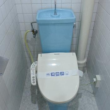 トイレは古いタイプですが、ウォシュレット付きです!※写真は1階の反転間取り別部屋のものです