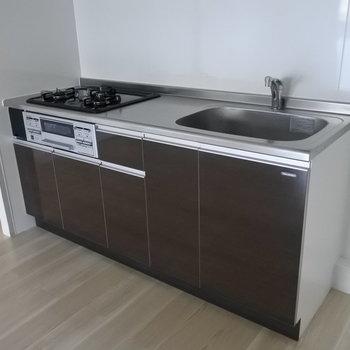 キッチンは2口ガスキッチンです!使いやすそう!※写真は1階の反転間取り別部屋のものです