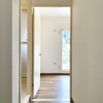 キッチン脇を抜け、北東側の洋室へ。