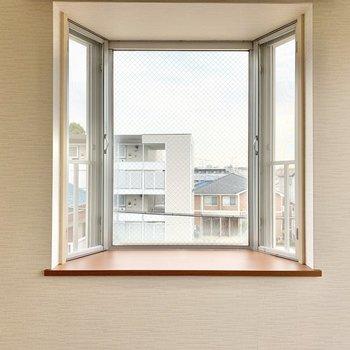 【洋室6.0帖】小窓の手前にはガラス製品を置いて輝かせたい。