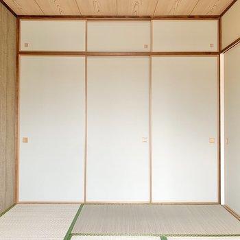 【和室】壁一面にふすまが張り巡らされています。