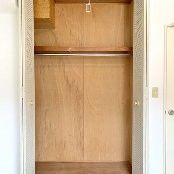 【洋室4.5帖】ハンガーポールに20着は掛けられそうなワイドなクローゼット。