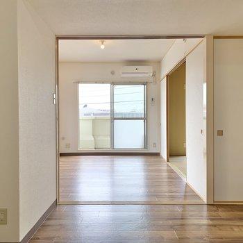 【DK】仕切りを開ければ洋室の光が届きますよ。