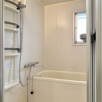 浴室には窓があり、換気が楽に行なえます。